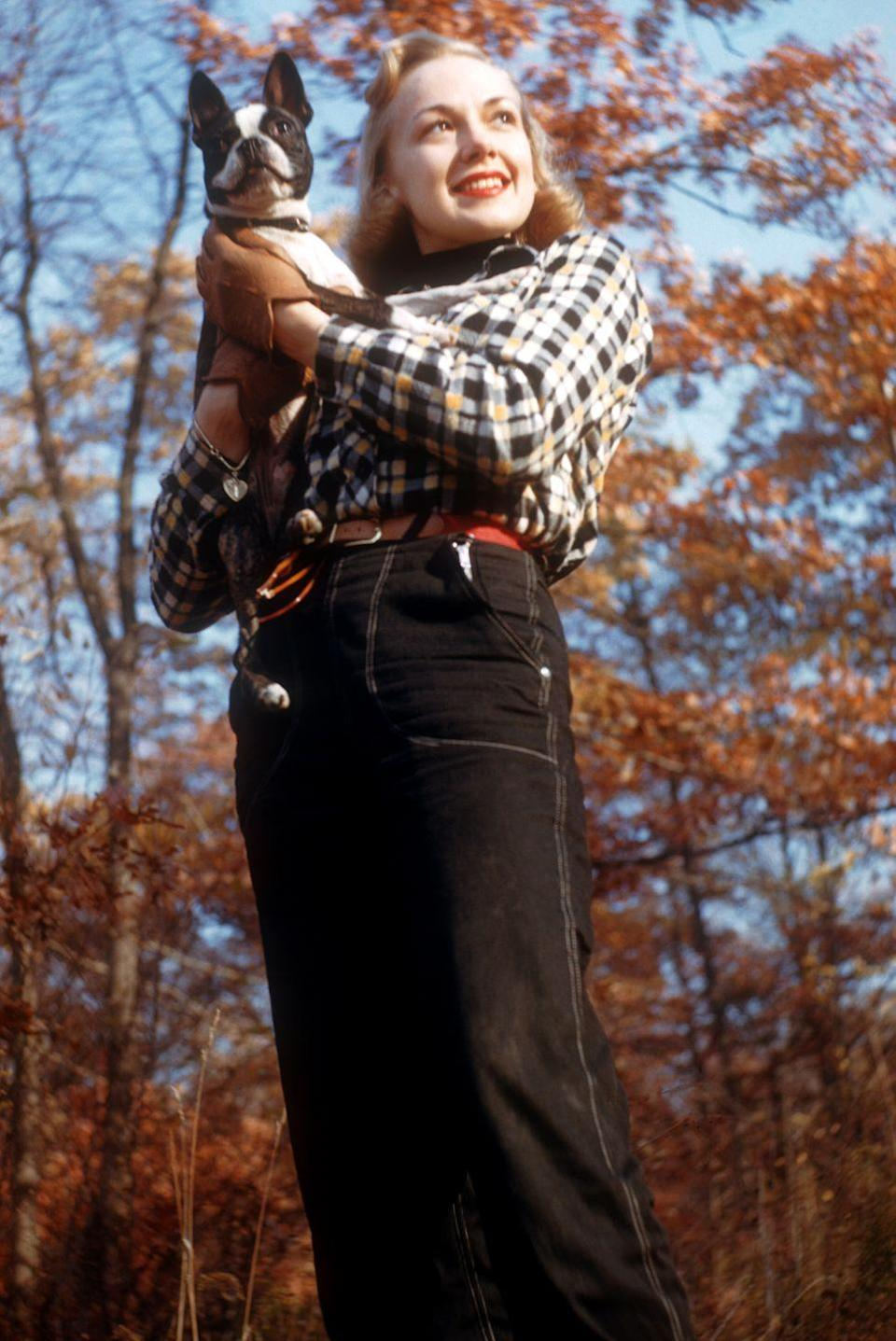 <p>Actress and singer Edie Adams opted for high-waisted, black denim with a checkered top during her October 1952 photo shoot alongside her pet Boston Terrier.<br></p>