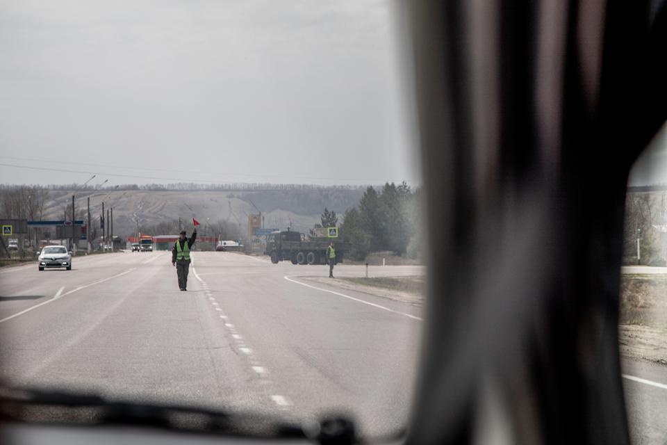 Military police close road for convoy near to OstrogozhskPetr Shelomovskiy