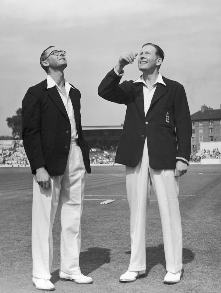 New Zealand captain Walter Hadlee (1915 - 2006, left) and his English counterpart Freddie Brown (1910 - 1991) toss up for the final test at the Oval, London, 13th August 1949. (Photo by Central Press/Hulton Archive/Getty Images)