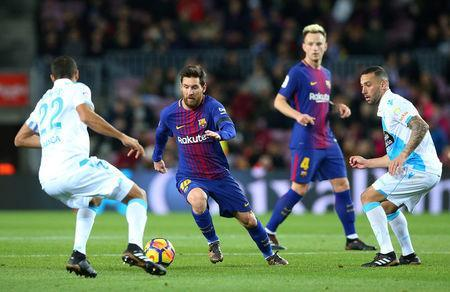 Soccer Football - La Liga Santander - FC Barcelona vs Deportivo de La Coruna - Camp Nou, Barcelona, Spain - December 17, 2017 Barcelona's Lionel Messi in action with Deportivo de La Coruna's Celso Borges (L) REUTERS/Albert Gea