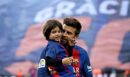 Football Soccer- Spanish La Liga Santander - Barcelona v Osasuna - Camp Nou stadium, Barcelona, Spain - 26/04/17 Barcelona's Gerard Pique holds his son Milan before the match. REUTERS/Albert Gea