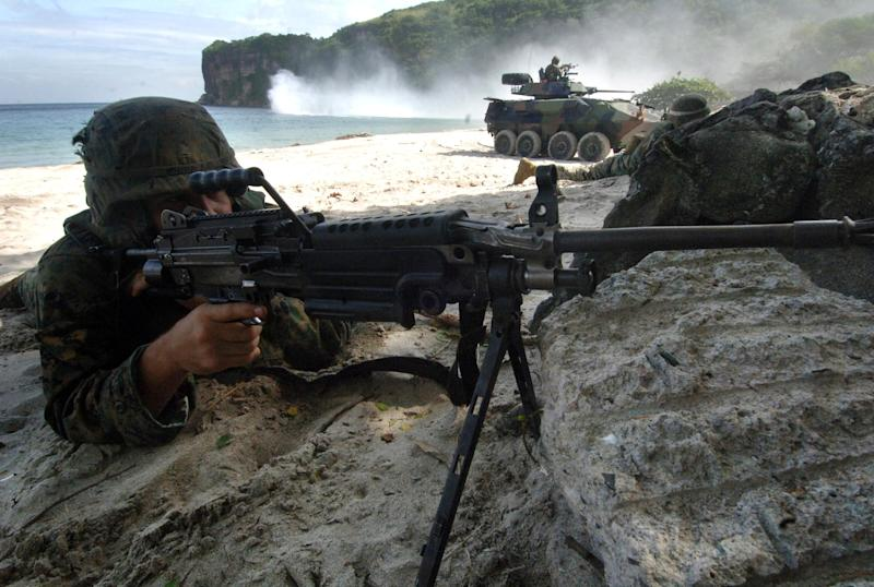 A US soldier takes position during a joint live fire exercise with Philippine troops in Ternate, Cavite, on October 29, 2005