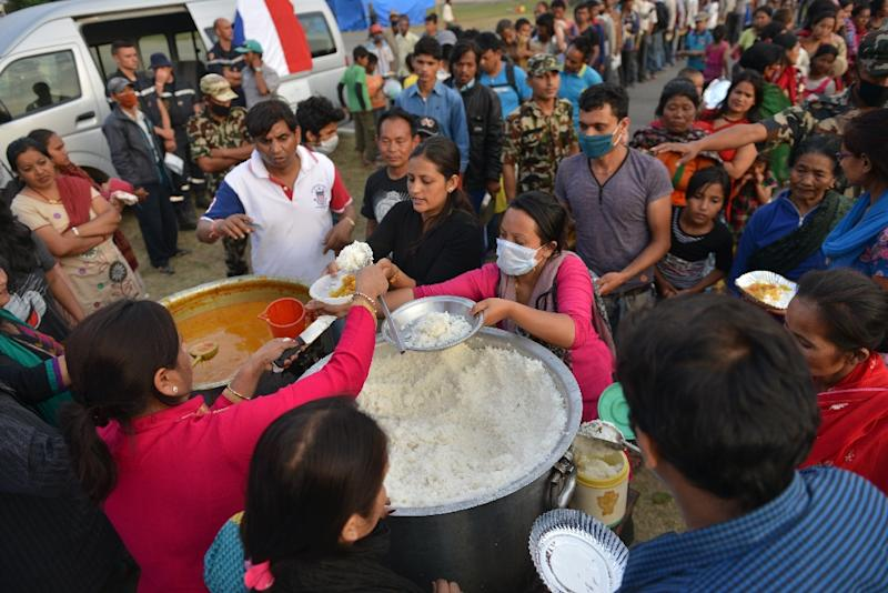 Nepalese earthquake survivors queue for food at a shelter in Kathmandu on May 15, 2015 (AFP Photo/Prakash Mathema)