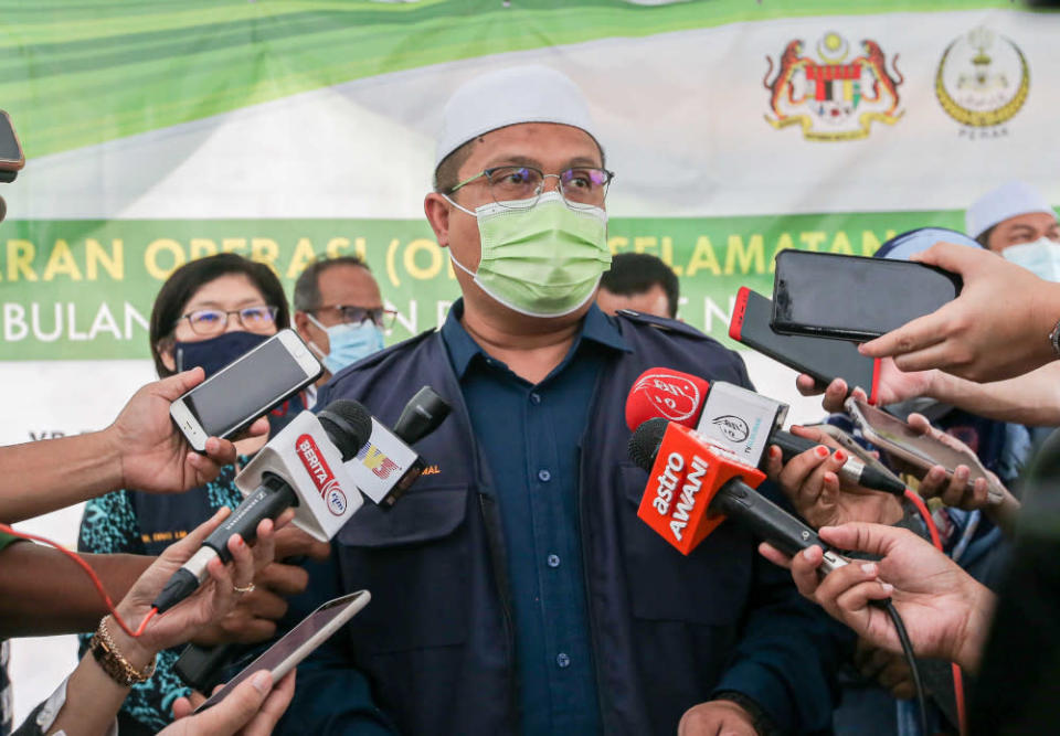 Perak Health, Science, Environment and Green Technology Committee chairman Mohd Akmal Kamarudin speaking to the press after launching a food safety operation at the Dataran Orkid Ramadan bazaar in Batu Gajah, April 20, 2021. — Picture by Farhan Najib