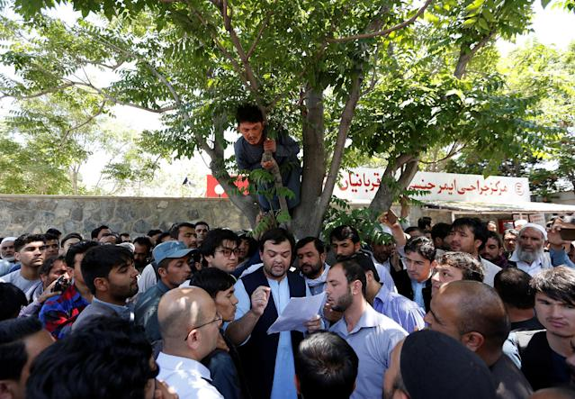 <p>Relatives of victims listen to hospital officials after a blast in Kabul, Afghanistan May 31, 2017.(Mohammad Ismail/Reuters) </p>