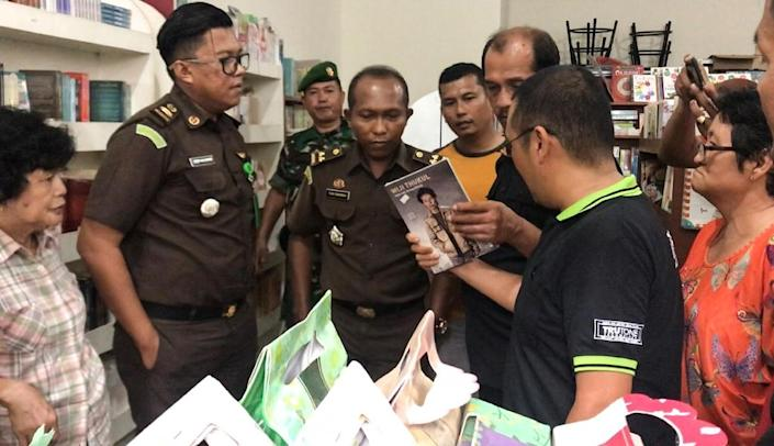 Indonesian officials seizing what they say were communism-related books in West Sumatra (AFP Photo/TANHAR)