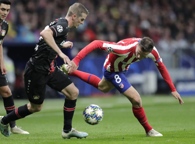 Atletico Madrid's Saul, right, fights for the ball against Leverkusen's Lars Bender during the Champions League Group D soccer match between Atletico Madrid and Bayer Leverkusen at Wanda Metropolitano stadium in Madrid, Spain, Tuesday, Oct. 22, 2019. (AP Photo/Bernat Armangue)