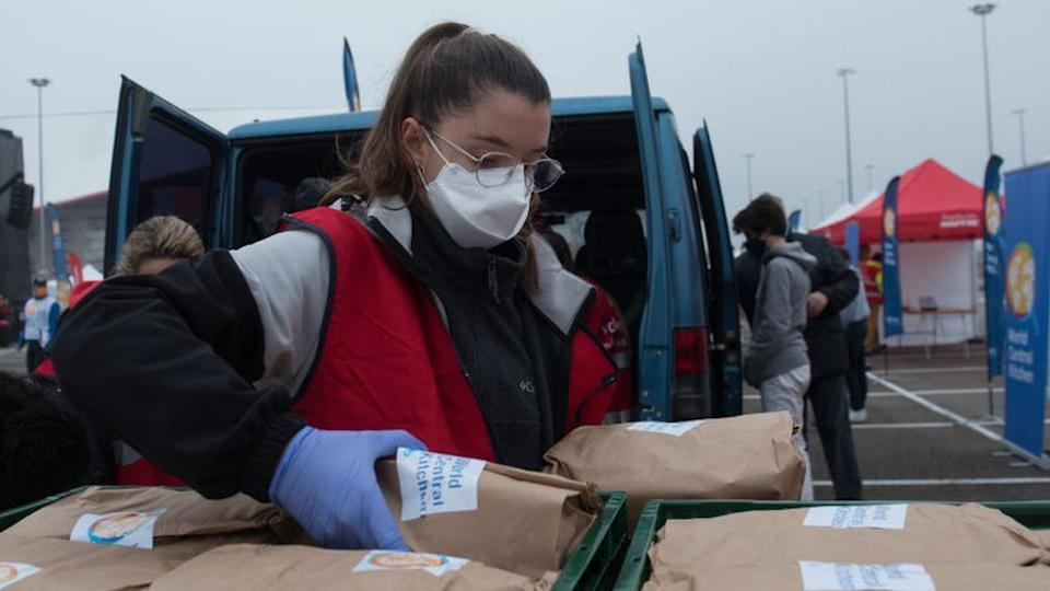 Woman at a food distribution point in Madrid (24/12/20)