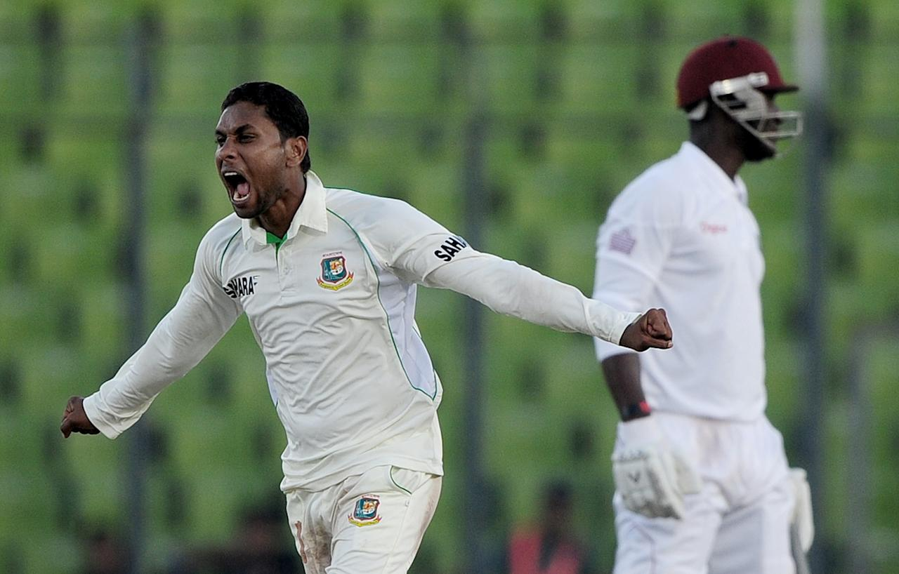 Bangladesh cricketer Sohag Gazi (L) reacts after the dismissal of  unseen West Indies batsman Veerasammy Permaul as captain Darren Sammy (R) looks on during the fourth day of the first Test match between Bangladesh and The West Indies at the Sher-e-Bangla National Cricket Stadium in Dhaka on November 16, 2012.  AFP PHOTO/ Munir uz ZAMAN