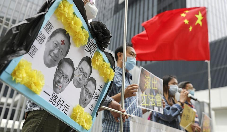 A pro-government group shows support for the disqualification of four opposition lawmakers. Photo: Nora Tam