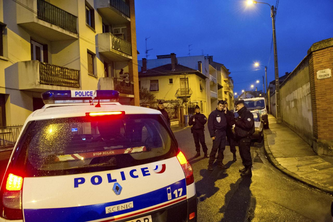 French police secure the area where they exchanged fire and were negotiating with a gunman who claims connections to al-Qaida and is suspected of killing three Jewish schoolchildren, a rabbi and three paratroopers, Wednesday, March 21, 2012 in Toulouse, southwestern France. The suspect is 24 years old, of French nationality and was known to authorities for having spent time in Afghanistan and Pakistan. (AP Photo/Bruno Martin)
