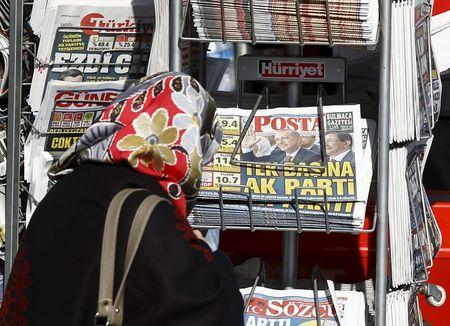 A woman looks at newspapers at a kiosk in Istanbul, Turkey November 2, 2015. REUTERS/Osman Orsal