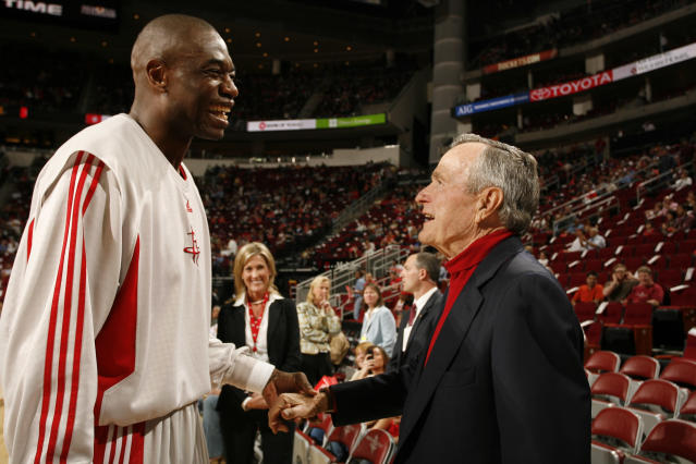 "Former President George H.W. Bush is a longtime <a class=""link rapid-noclick-resp"" href=""/nba/teams/hou"" data-ylk=""slk:Houston Rockets"">Houston Rockets</a> fan. Just ask Dikembe Mutombo. (Getty Images)"
