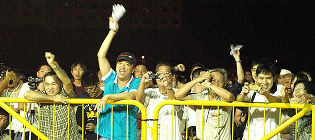 Enthusiastic supporters cheer the SPP candidates on as they speak. (Yahoo! photo/Christine)