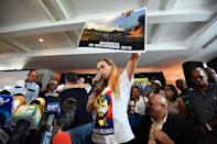 Lilian Tintori (C), wife of jailed Venezuelan opposition leader Leopoldo Lopez, during a press conference in Caracas on November 26, 2015 (AFP Photo/Juan Barreto)