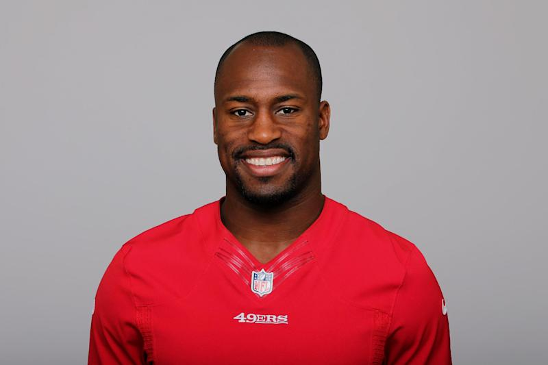 Tight end Vernon Davis arrives at training camp