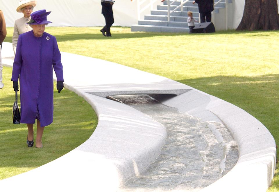 Queen Elizabeth Attends The Unveiling Of The Diana Princess Of Wales Memorial Fountain In London'S Hyde Park. . (Photo by Mark Cuthbert/UK Press via Getty Images)