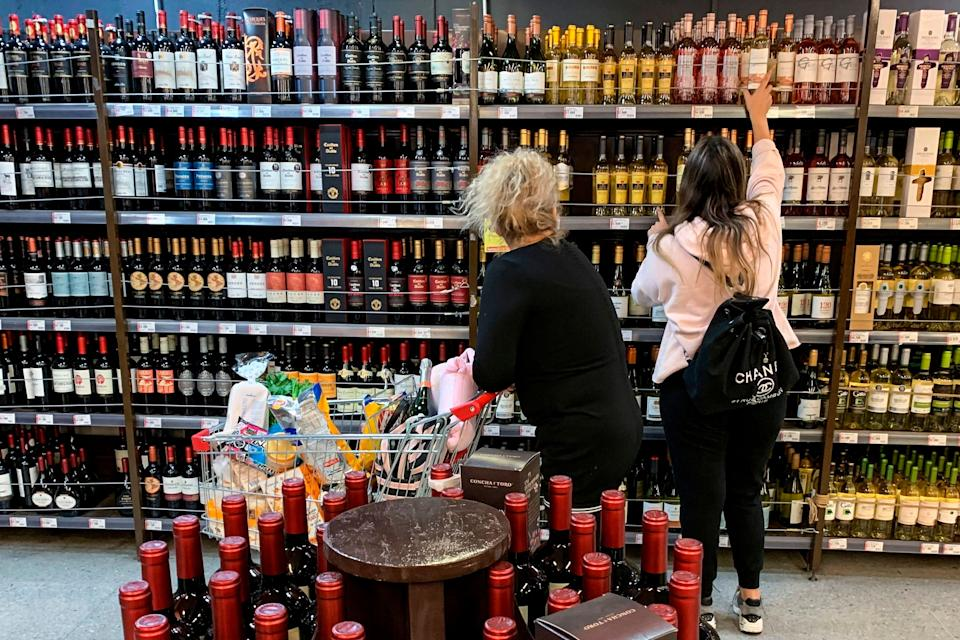 Un rayon d'alcool dans un supermarché au Chili (Photo: MARTIN BERNETTI via Getty Images)