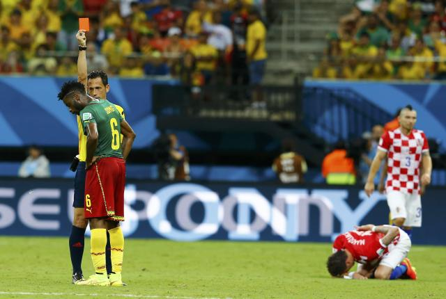 Referee Pedro Proenca of Portugal sends off Cameroon's Alexandre Song for a challenge on Croatia's Mario Mandzukic (on ground) during their 2014 World Cup Group A soccer match at the Amazonia arena in Manaus June 18, 2014. REUTERS/Murad Sezer (BRAZIL - Tags: SOCCER SPORT WORLD CUP TPX IMAGES OF THE DAY)
