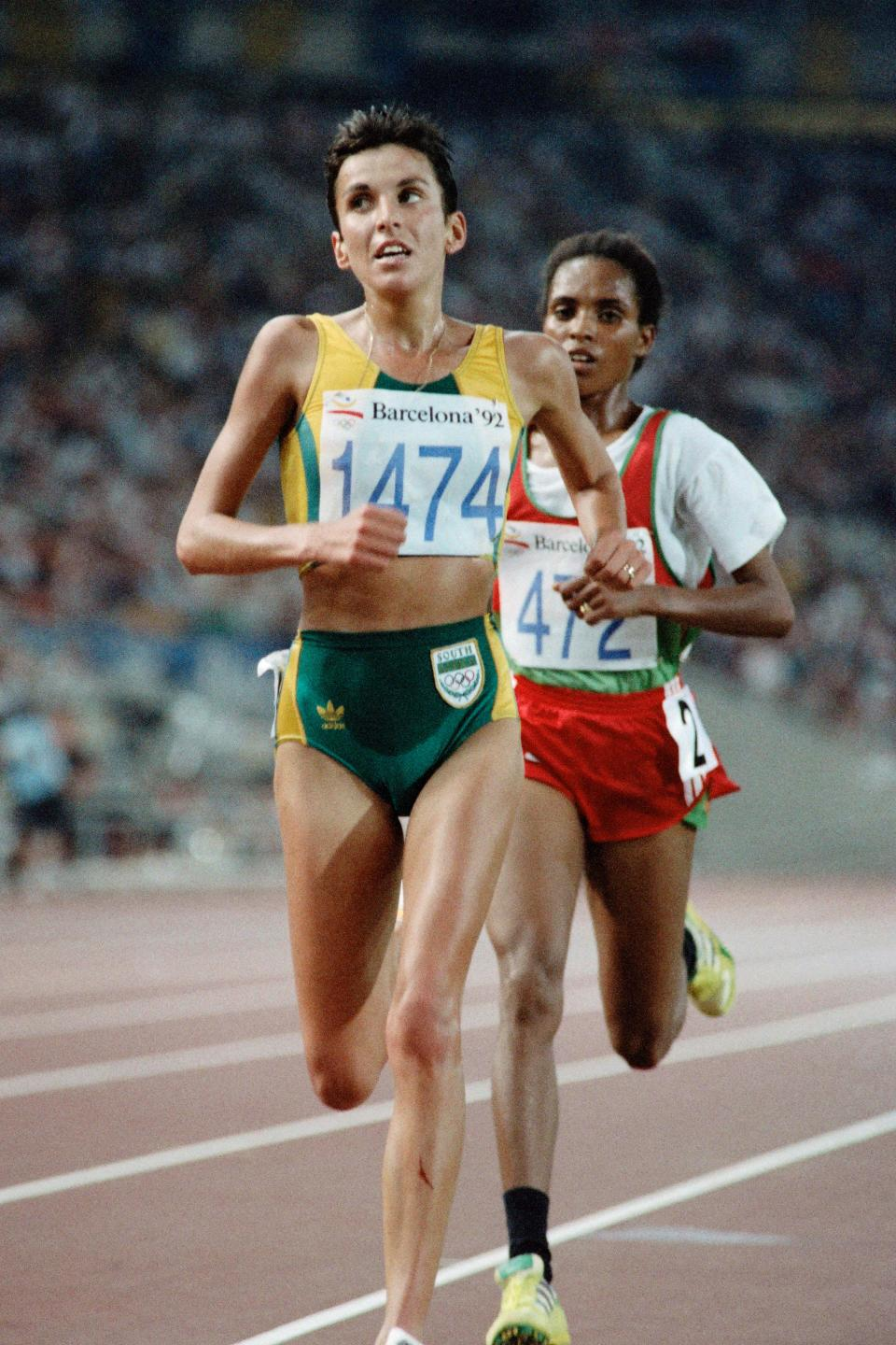 South African Elana Meyer leads the woman's 10,000m final followed by Ethiopia's Derartu Tulu at the athletics event during the Barcelona 1992 Olympic Games on August 7, 1992 in Barcelona.  Tulu won the Olympic gold medal and Meyer took the silver. / AFP PHOTO / Pascal PAVANI        (Photo credit should read PASCAL PAVANI/AFP via Getty Images)