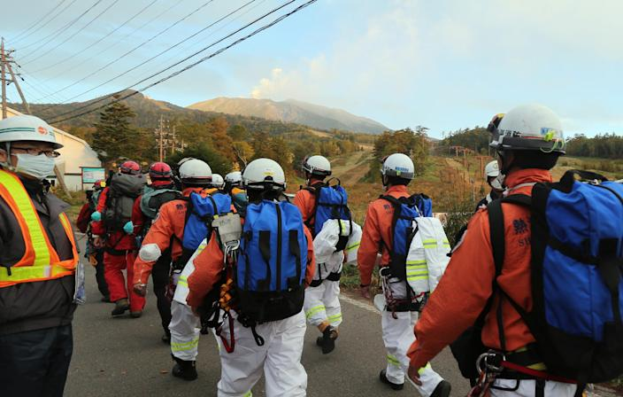 Rescue workers and police climb Mount Ontake from Otaki village in Nagano prefecture, on October 4, 2014, one week after the volcano erupted (AFP Photo/-)