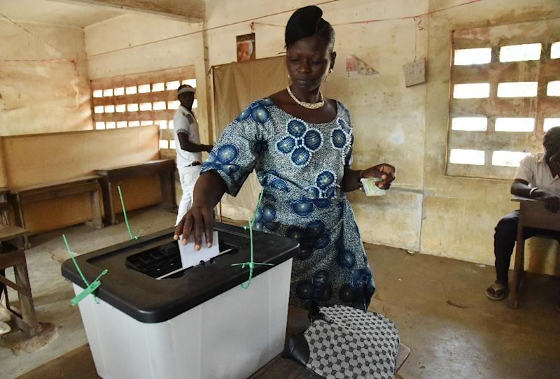 A woman casts her ballot for Togo's presidential election at a polling station in Lome on April 25, 2015 (AFP Photo/Issouf Sanogo)