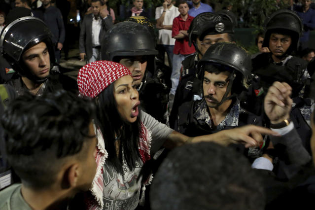 <p>Jordanian protesters argue with members of the gendarmerie and security forces during a demonstration outside the Prime Minister's office in the capital Amman early Monday, June 4, 2018. (Photo: Raad al-Adayleh/AP) </p>