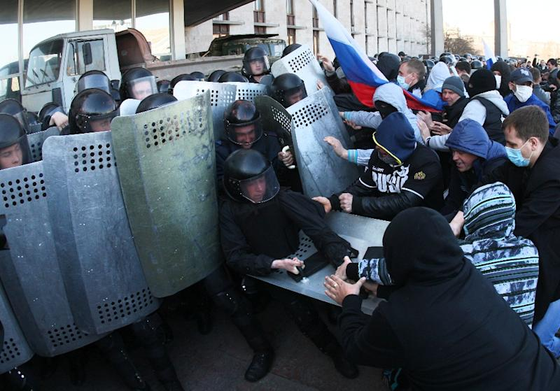 Pro-Russian supporters clash with riot police as they storm the regional administration building in the eastern Ukrainian city of Donetsk on April 6, 2014 (AFP Photo/Alexander Khudoteply)