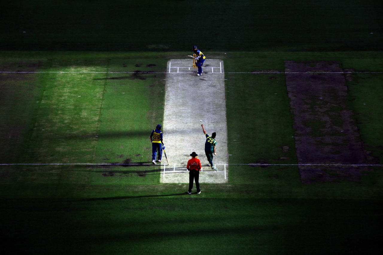 Australia's Mitchell Johnson (R) bowls to Sri Lanka's Dinesh Chandimal (top) as Tillakaratne Dilshan (L) looks on during their one-day international cricket match at the Melbourne Cricket Ground January 11, 2013.     REUTERS/David Gray     (AUSTRALIA - Tags: SPORT CRICKET)