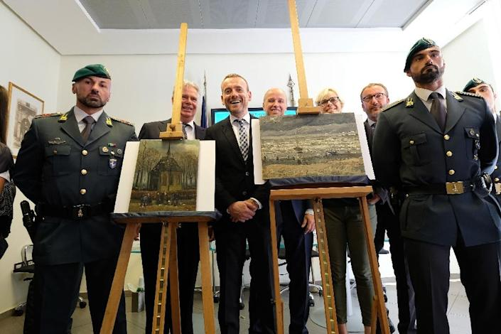 Axel Ruger (C), Director of the Van Gogh Museum poses next to two Van Gogh paintings that were stolen in Amsterdam 14 years ago and recently recovered by organised crime investigators in Italy (AFP Photo/Mario Laporta)