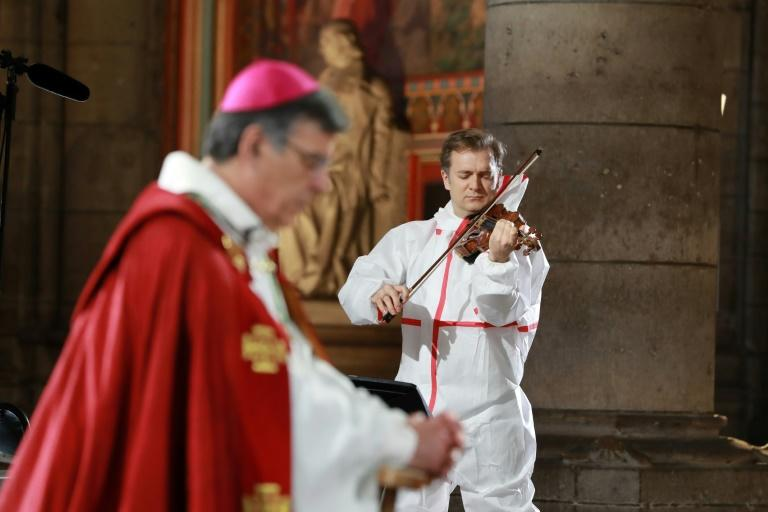 A small ceremony with Bach sonatas (AFP Photo/Ludovic MARIN)
