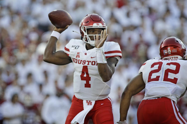 """Houston quarterback <a class=""""link rapid-noclick-resp"""" href=""""/ncaaf/players/266770/"""" data-ylk=""""slk:D'Eriq King"""">D'Eriq King</a> broke an FBS record previously held by Tim Tebow on Thursday night vs. Tulane. (Photo by Brett Deering/Getty Images)"""
