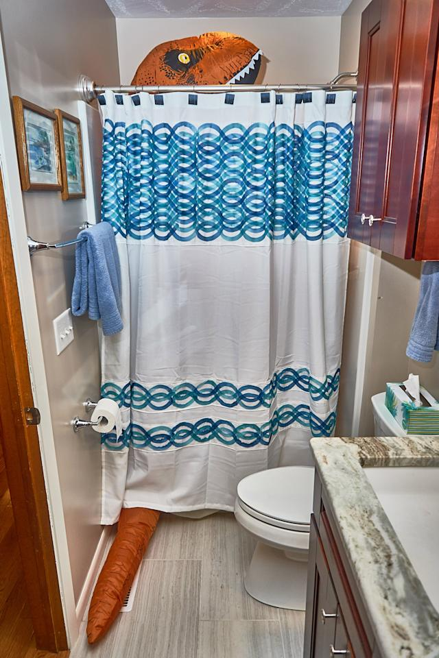 <p>Peeking out of the family abode's shower. (Photo: Nebraska Realty/Caters News) </p>