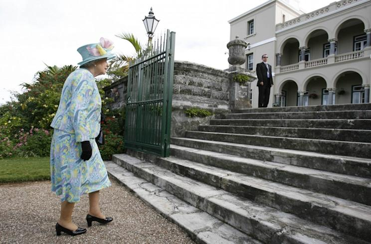Britain's Queen Elizabeth makes her way to the steps after a tree planting ceremony at Government House in Hamilton, Bermuda November 26, 2009. REUTERS/Hans Deryk