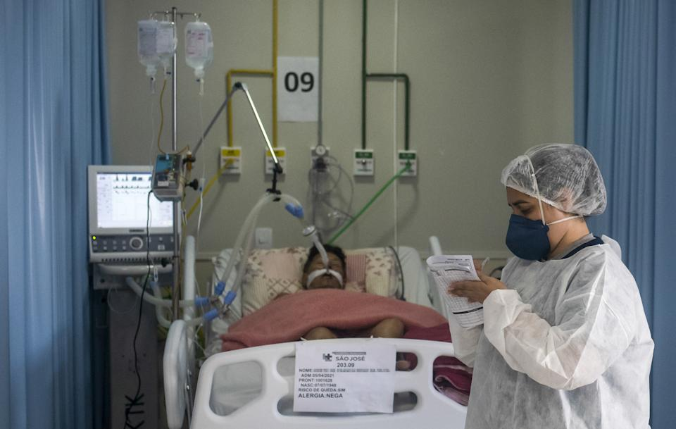 RIO DE JANEIRO, BRAZIL â APRIL 08 : Health workers struggle to save lives in the Intensive Care Unit of the Municipal Hospital Sao Jose, in Duque de Caxias, Rio De Janeiro, on April 8, 2021. Brazil recorded 4,249 deaths from Covid-19 in the last 24 hours, total exceeds 345 thousand deaths according to figures updated by the National Council of Health Secretaries (Conass) and the Ministry of Health on Thursday. (Photo by Fabio Teixeira/Anadolu Agency via Getty Images)