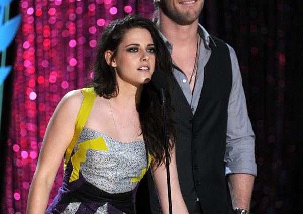 Kristen Stewart Presents Jennifer Lawrence Best Female Award: 2012 MTV Movie Awards
