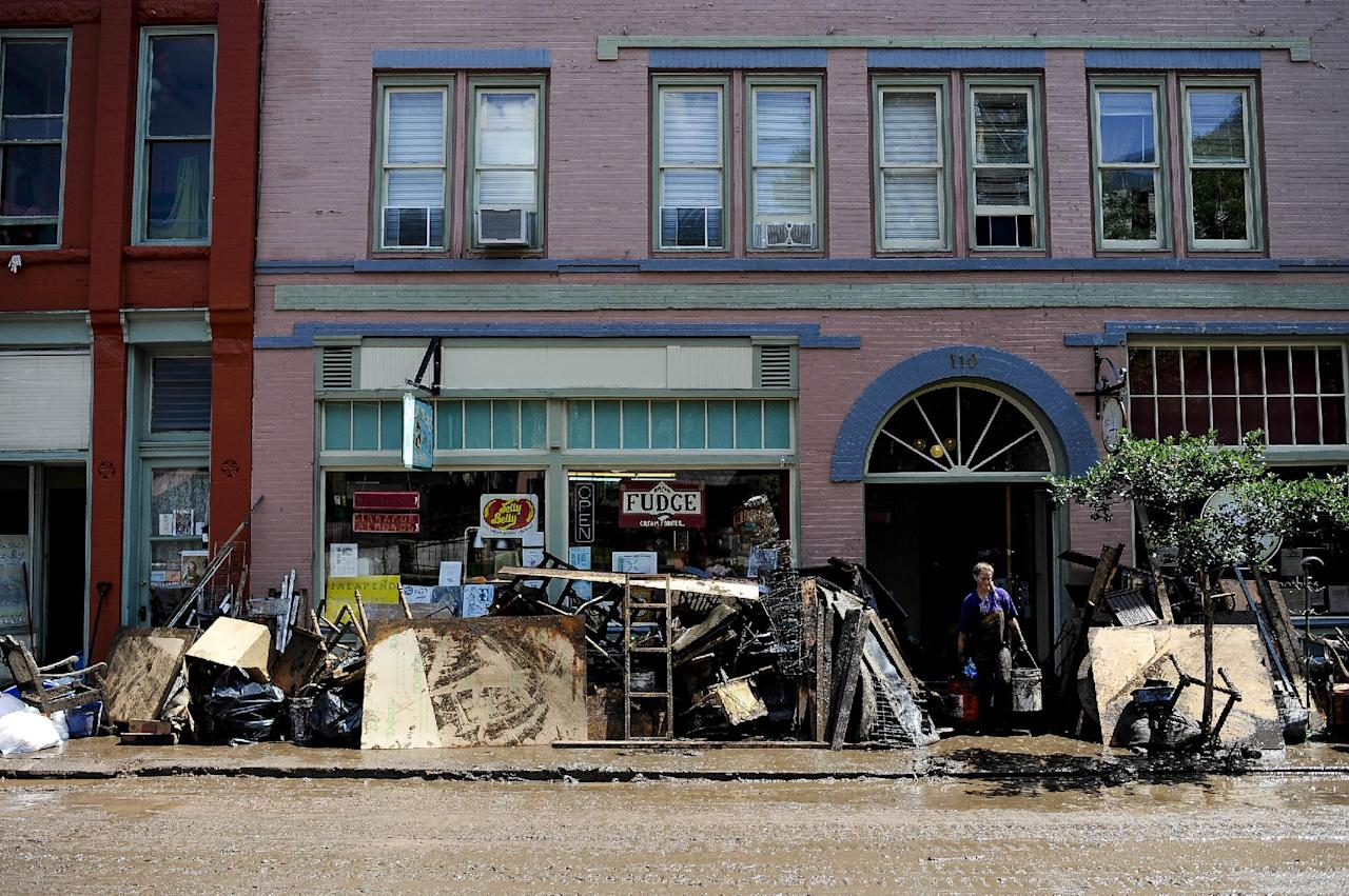 Flash floods causing mudslides sweep through manitou colorado for Furniture xo out of business