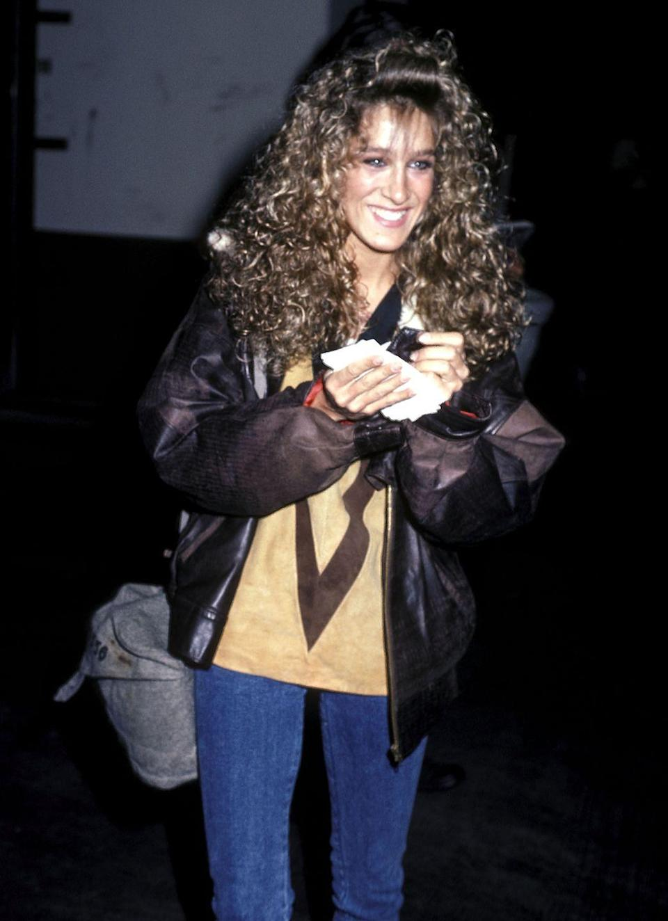 <p>Sarah Jessica Parker wore denim and a distressed leather jacket to an October 1985 ABC Television Affiliates Party, keeping it casual during the cooler months.</p>