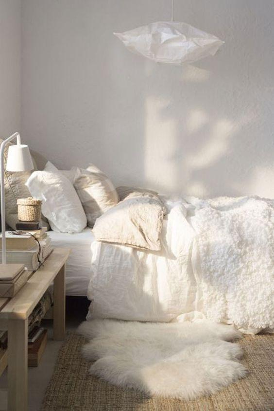 <p>Adding texture to a white room is a great way to give it a cosy feel. <i>[Photo: Pinterest]</i></p>