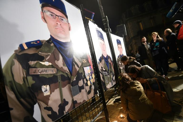 Army veterans, serving officers, officials and citizens gathered Tuesday evening in Pau to pay tribute to the killed soldiers