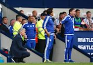 Chelsea's manager Jose Mourinho (L) watches their English Premier League match against West Bromwich Albion, at The Hawthorns in West Bromwich, on August 23, 2015 (AFP Photo/Justin Tallis)