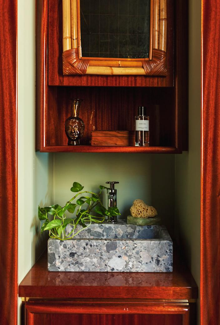 In the bathroom, Hugo designed the sink in Breccia Parma stone, which is combined with a wicker mirror, a mahogany piece of furniture, and a soap holder in onyx from Mexico.