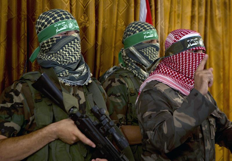 Abu Obeida (R), the official spokesperson of the Palestinian militant Ezzedine al-Qassam brigade, gives a press conference on July 3, 2014 in Gaza City (AFP Photo/Mohammed Abed)
