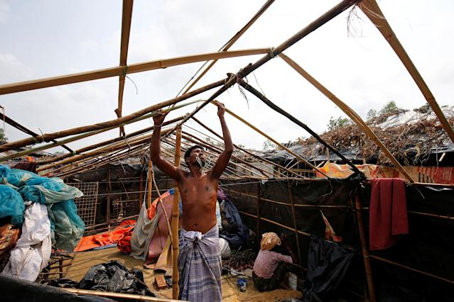 <p>A Rohingya refugee man rebuilds his makeshift house which has been destroyed by Cyclone Mora at the Balukhali Makeshift Refugee Camp in Coxís Bazar, Bangladesh, May 31, 2017. (Mohammad Ponir Hossain/Reuters) </p>