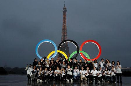 Parisians, athletes and officials pose in front of Olympic rings to celebrate the IOC official announcement that Paris won the 2024 Olynpic bid during a ceremony at the Trocadero square in Paris, France, September 13, 2017 . REUTERS/Gonzalo Fuentes