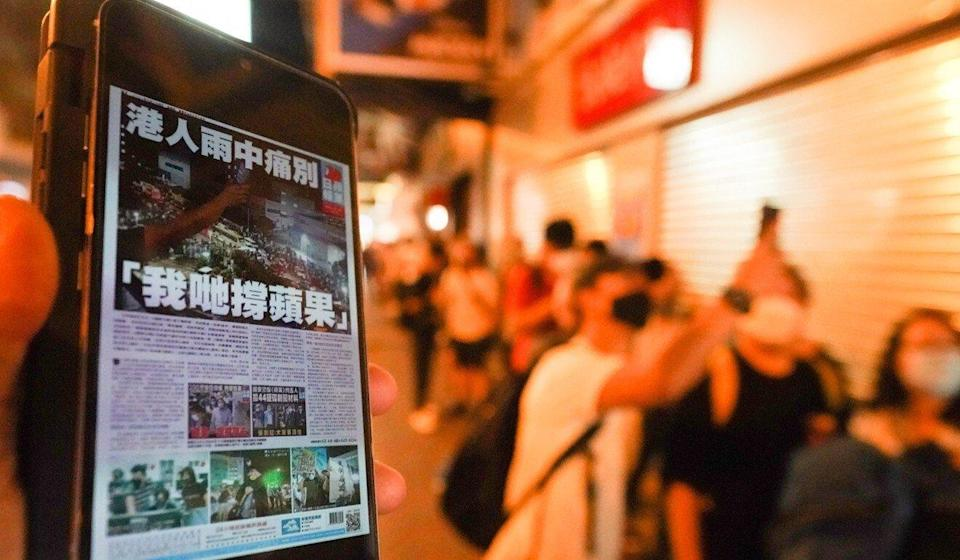 Some were prepared to wait hours in line to purchase a copy of Apple Daily. Photo: Felix Wong