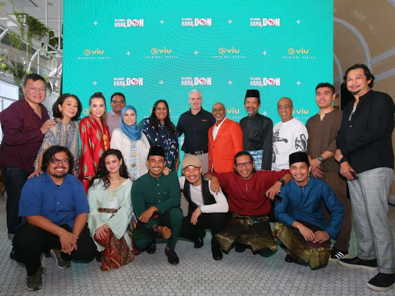 """Keluarga Baha Don"" cast and crew with Viu's Kingsley Warner, Mark Johnson, Head of Advertising, and Sahana Kamath, Head of Original Productions (Malaysia and Indonesia)."