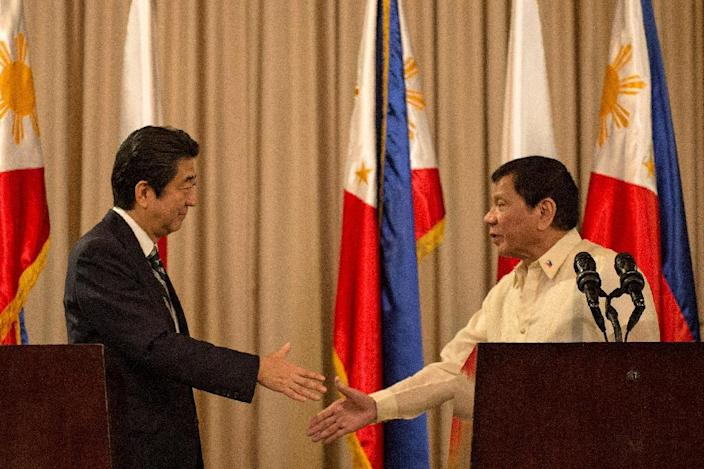 Philippine President Rodrigo Duterte (R) and Japanese Prime Minister Shinzo Abe (L) are expected to discuss territorial disputes with China (AFP Photo/Noel Celis)