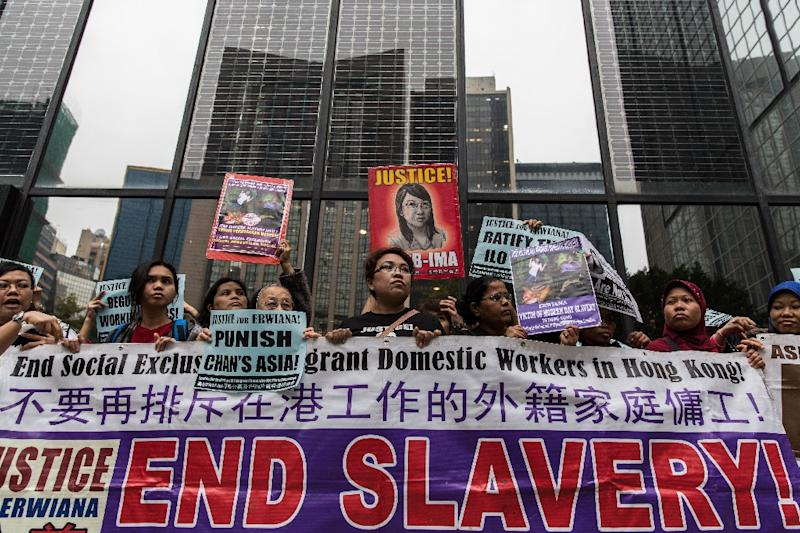 Supporters of Erwiana Sulistyaningsih protest outside a courthouse before the sentencing of her former employer Law Wan-tung in Hong Kong, on February 27, 2015 (AFP Photo/Anthony Wallace)