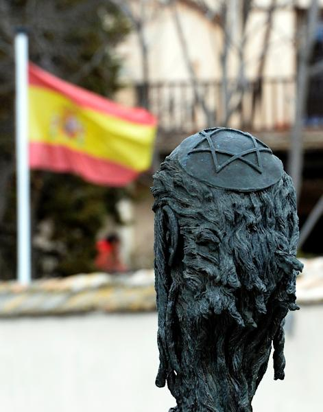 """A sculpture of Samuel Halevi Abulafia and a Spanish flag near the """"El Transito"""" synagogue and Sephardic Museum in Toledo, Spain, February 27, 2014 (AFP Photo/Gerard Julien)"""